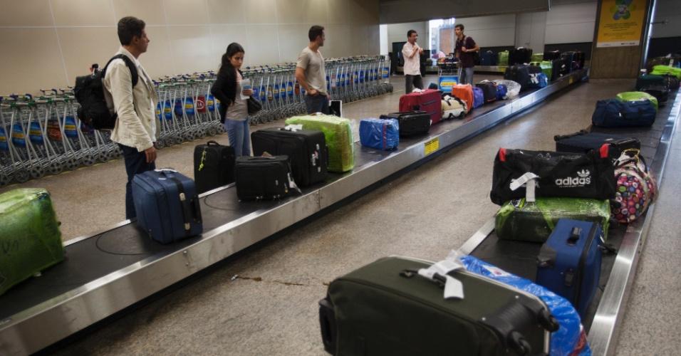 passageiros-aguardam-para-pegar-suas-bagagens-em-uma-das-esteiras-do-desembarque-internacional-no-aeroporto-de-cumbica-em-sao-pa