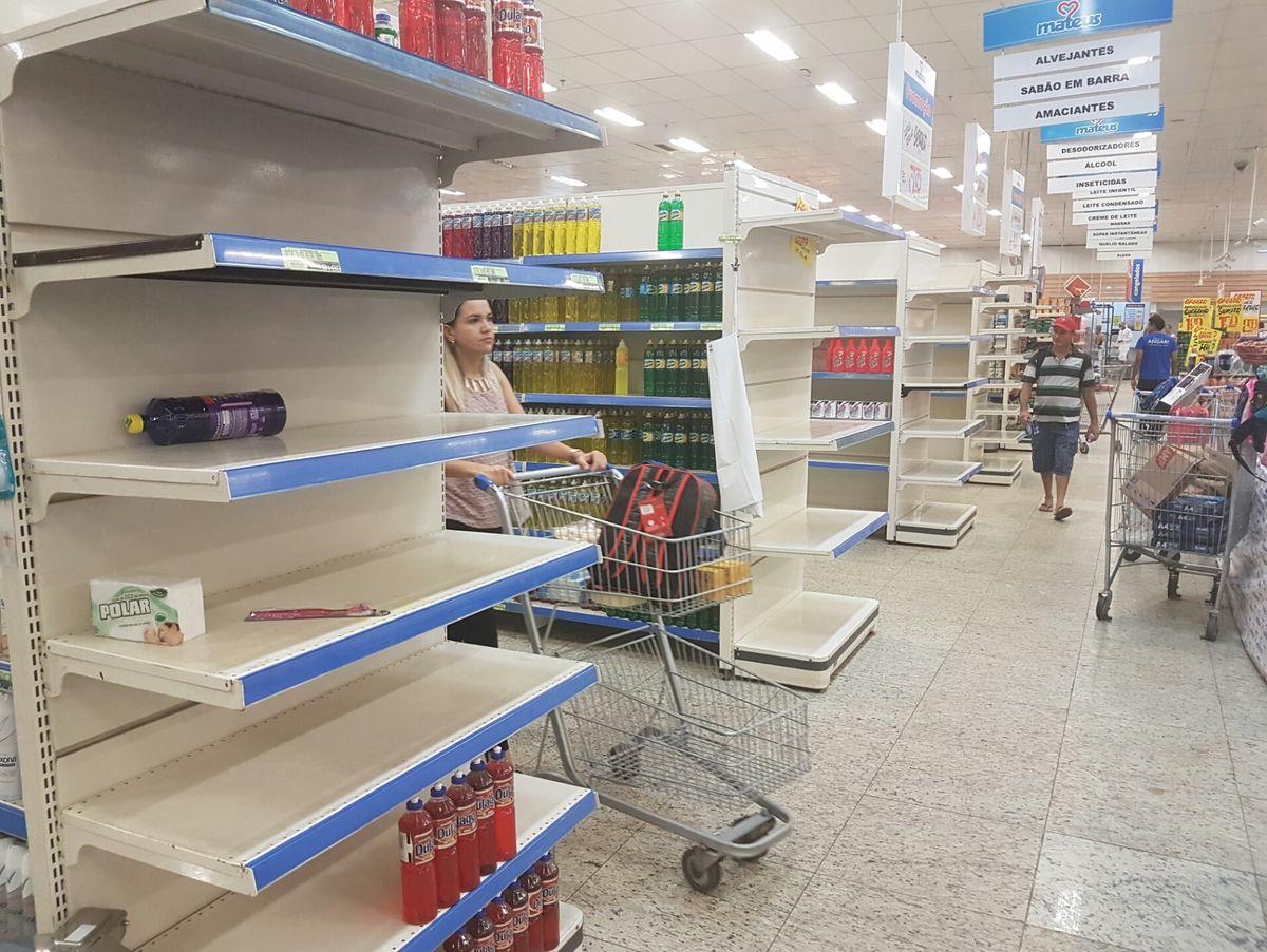 Pontas de gondolas vazias no Mateus Supermercado
