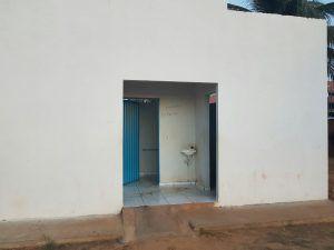 Banheiros precários na Praia das Arnos