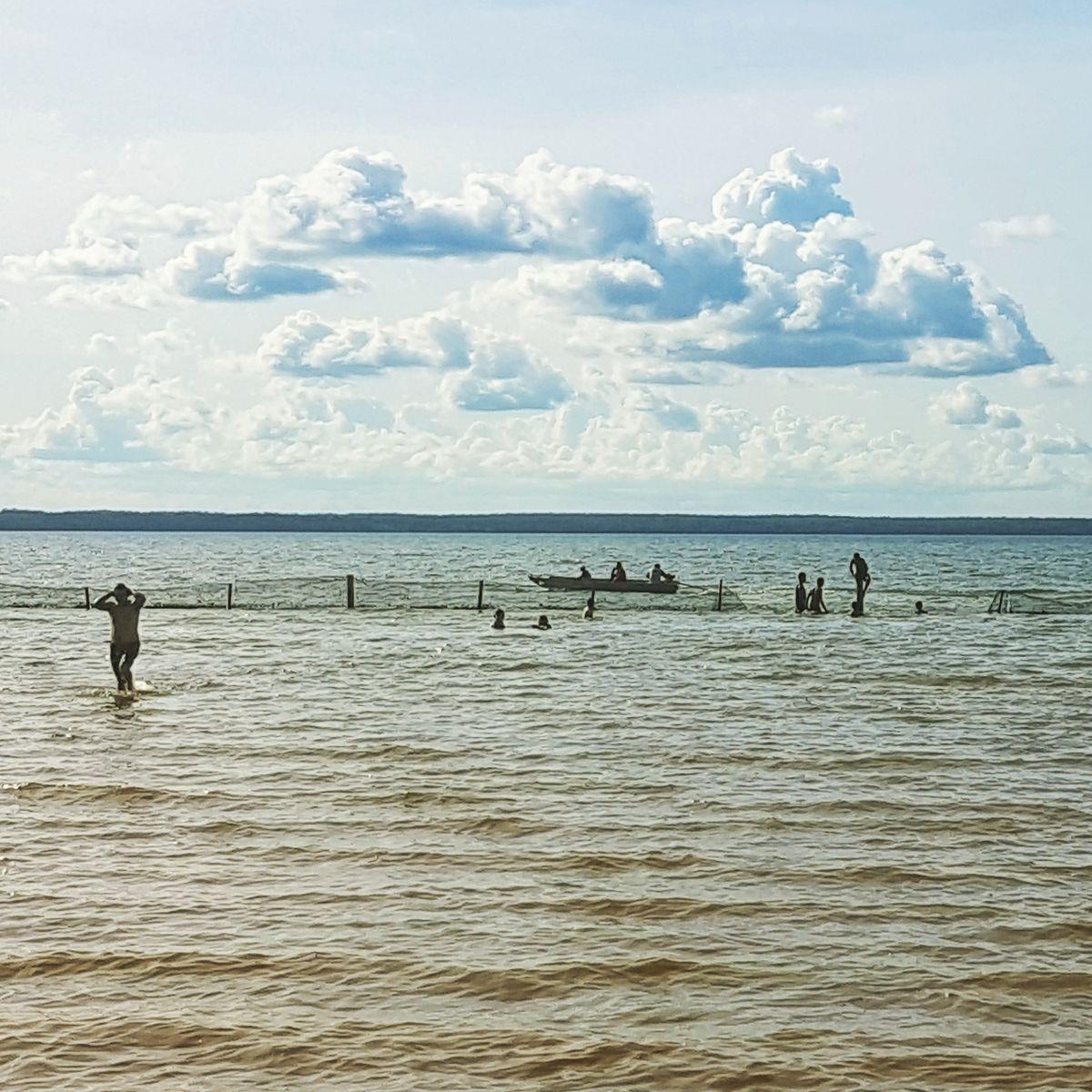 Buracos na tela de proteção e risco aos jovens banhistas da Praia das Arnos, em Palmas, Tocantins.