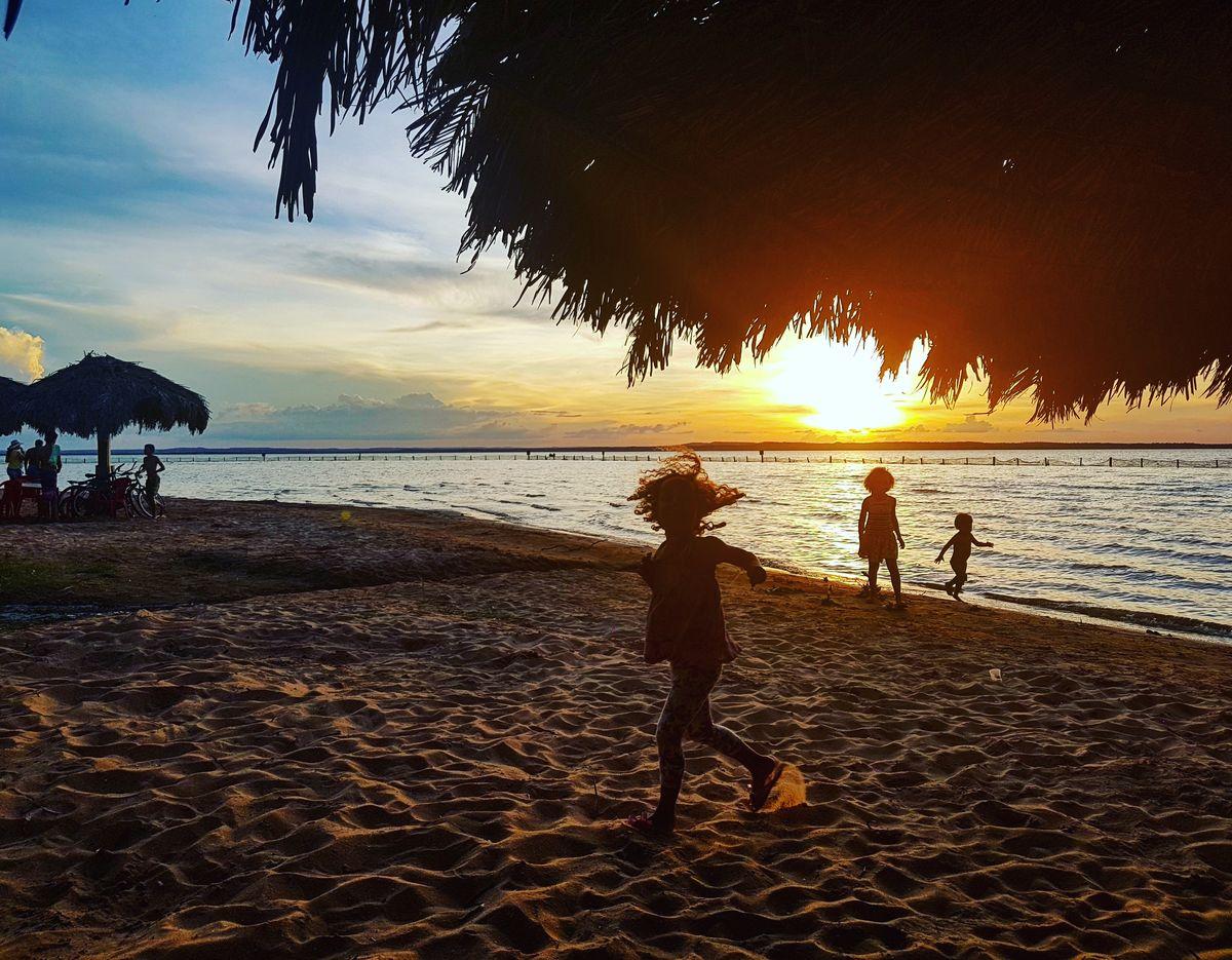 Por do sol com brincadeira na Praia das Arnos, em Palmas, Tocantins.