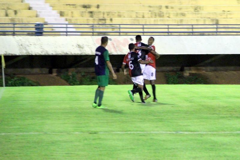 Jogadores do Capital comemoram gol contra o Paraíso no estádio Nilton Santos - Foto João ino Cavalcante Divulgação