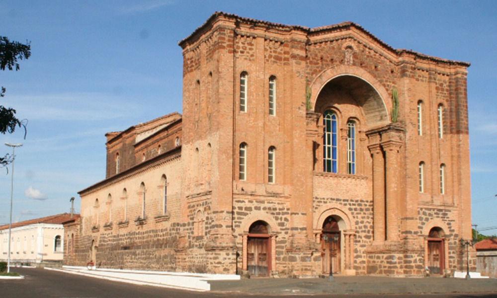 Porto Nacional, outra cidade histórica, oferece a Catedral Nossa Senhora das Mercês, com registros datados de 1.810. A imponência da catedral revela quão forte foi a influencia do cristianismo no local - Divulgação