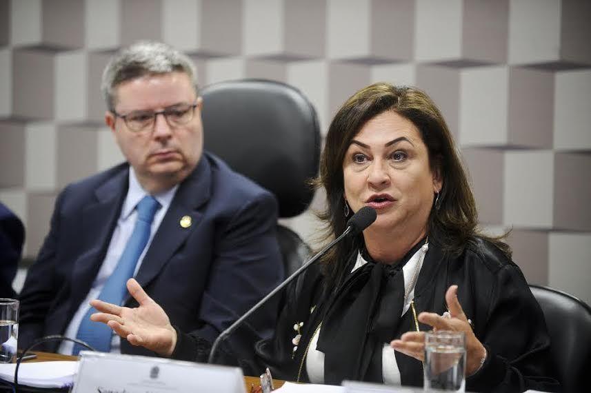 Comissão Especial do Extrateto (CTETO) realiza audiência pública interativa sobre o tema. Em pronunciamento, a relatora da CTETO, senadora Kátia Abreu (PMDB-TO).Foto: Marcos Oliveira/Agência Senado