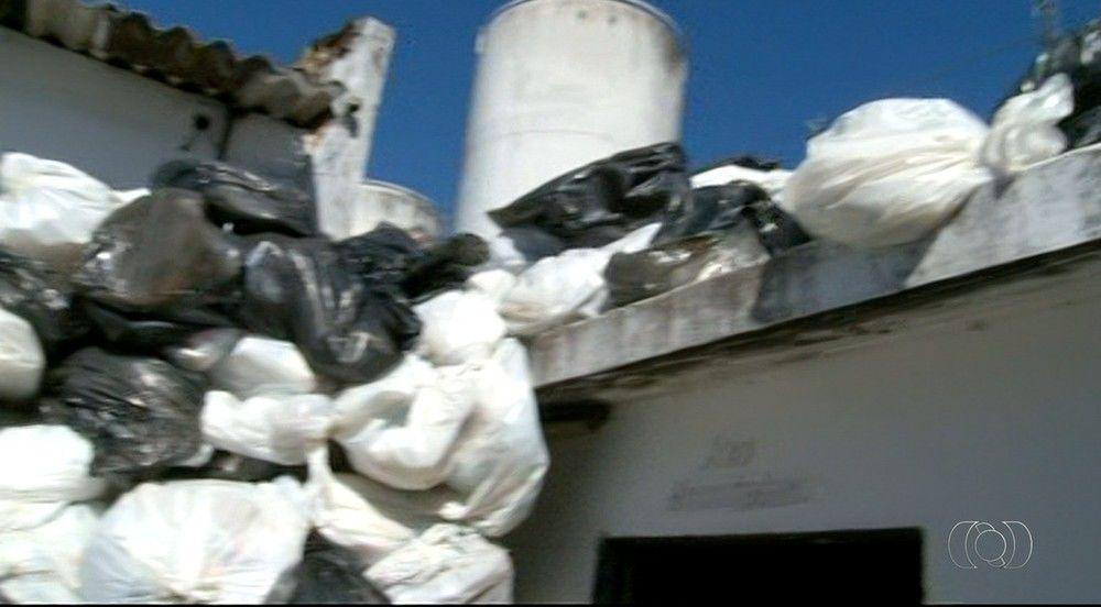 Lixo chega até o teto por falta de coleta
