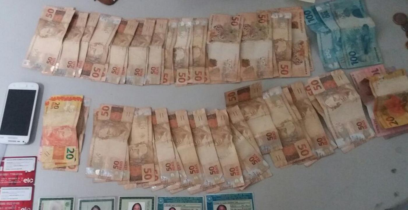 Dinheiro e documentos apreendidos com suspeitos de estelionato em Araguaína