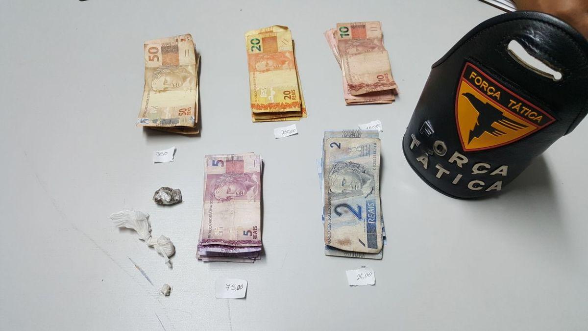 Drogas e dinheiro encontrado em residência de casal suspeito de tráfico em Araguaína.