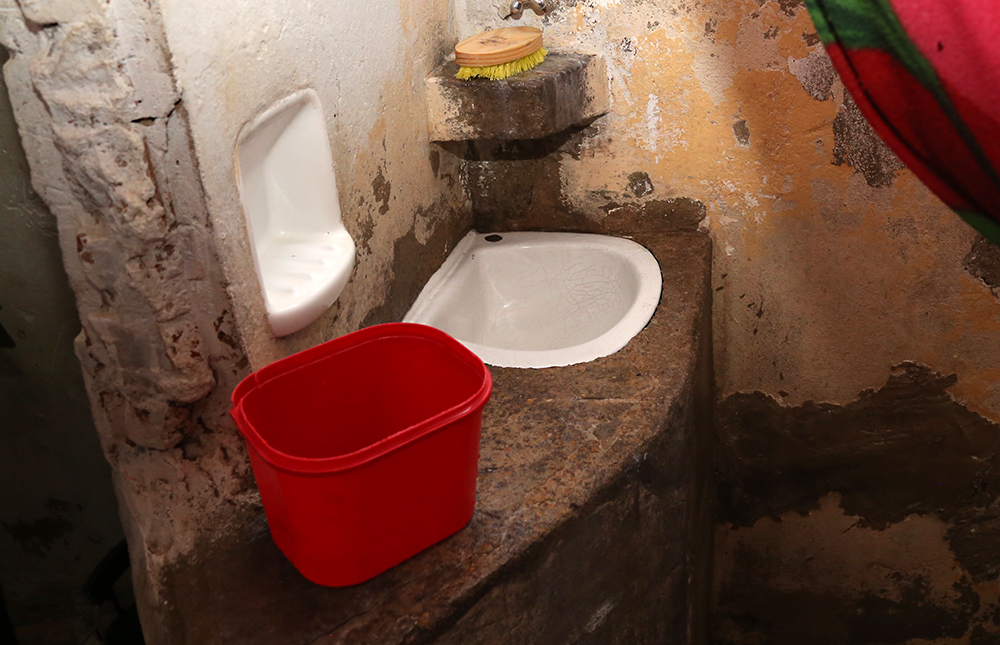 Vistoria no Case revela que internos tomam banho na pia por falta de chuveiro