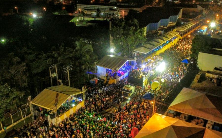 3º dia: Calcinha Preta arrasta multidão no circuito da folia em Gurupi