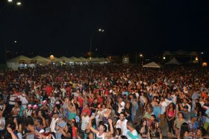 Forró da banda Calcinha Preta arrasta multidão em Porto Nacional
