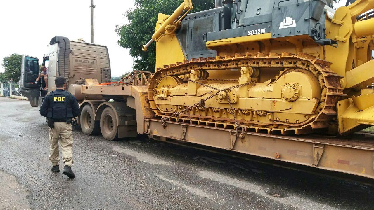 Caminhão é flagrado com 35 toneladas em excesso de peso na BR-153