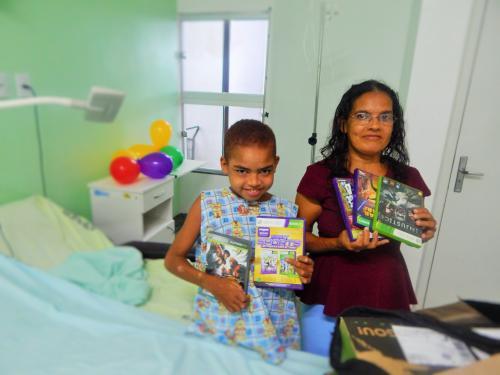 Aniversário no Hospital: Funcionários fazem surpresa para garoto internado