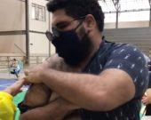 """Humorista tocantinense Paulo Vieira é vacinado em Palmas e alerta: """"A única maneira de estar salvo é com vacina"""""""